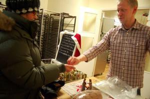 """Inger Nordlinder köpte ett fikon- och nötbröd av Jonas Hamlund. """"Kul att bageriet är öppet igen"""", säger hon.  Foto: Carin Selldén"""