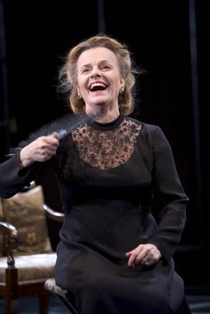Suverän. Marie Göranzon är Bernarda i en utmärkt föreställning från Dramaten som visades filmad på Gävle Teater i går.