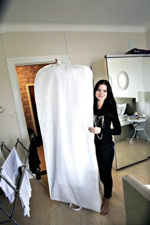 """topphemlig. Hannas topphemliga brudklänning är beställd från Kina. """"Ingen ska få se den innan bröllopet"""", säger Hanna."""