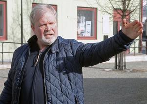 Per Herrey förklarar hur filminspelningen, fackeltåget och manifestationen ska gå till ikväll.