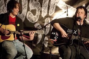 Oskar Lönn och Mattias Eliasson stod för deltävlingens enda akustiska bidrag.