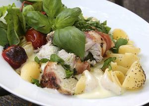 Kycklingfiléer med gorgonzola, basilika och bacon med stora pastasnäckor och en ostsås gjord på grädde och färskost är mat som har underbara smaker. Inte missa!   Foto: Dan Strandqvist/TT