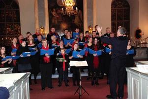 Kören från London uppträdde under nyårsdagen i Svegs kyrka ledd av Richard Morrison. Foto: Kalle Hammarberg
