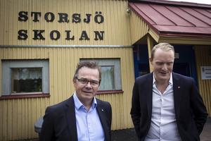 Pär Löfstrand (L) och Niklas Daoson (S), vice respektive ordförande i Östersunds Barn– och utbildningsnämnd framför Storsjöskolan som ska renoveras och få en helt ny systerskola intill sig.