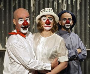 Att Strindberg kan bli en skrattfest när han är som snårigast - det kan vi tacka 123 Schtunk för. Bilden är dock inte från Ett drömspel, utan från August-pjäsen Hemsöborna, dock med samma skådespelare.