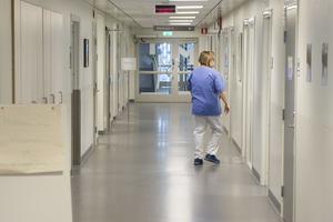 Vi är övertygade om att bristen på personal är kärnan i sjukvårdskrisen, att dagens sjukvårdspersonal riskerar bli morgondagens patienter, skriver Catarina Wahlgren och Håkan Jörnehed.