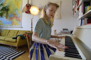 Karoline är jazzsångerska och musiklärare. Pianot i lägenheten är självklart ett vintagefynd, som hon hittat via en Facebookgrupp.