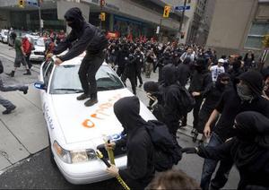 Ett antal våldsverkare har åter tillåtits ta över fredliga demonstrationer. Denna gång i Toronto, Kanada.Foto: JIM YOUNG/AP
