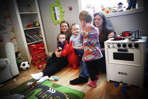 Bodil Göransson och Therese Stenman bor i Bringåsen, men måste åka flera mil i veckan för att hämta och lämna barn på förskola i Östersund.