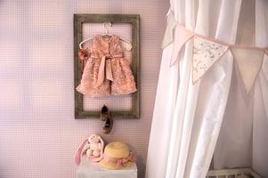 Majkens dopfestklänning har ramats in och får familjen att minnas den dagen.