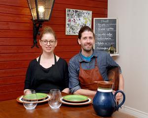 Jonathan och Genevieve Bjurenstedt bor vid och driver Solgårdskrogen i Nittsjö, Rättvik.