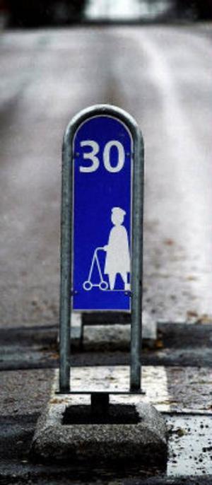 En gammal dam med rollator skulle få bilisternas uppmärksamhet vid övergångsstället. Nu är hon borta, möjligen överkörd.