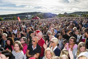 Rekord eller inte så var det många som tagit sig till Strandparken för att se Takida spela.