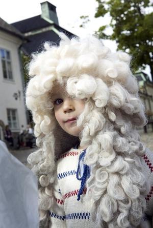 Mini Linné. 2-årige Leonel Arrhen korade sig själv till blomsterkung.