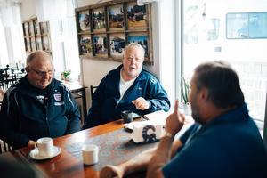 Alf Larsson i mitten, tog Peter Svartenberg till höger, under sina vingar och visade honom runt i samhället.