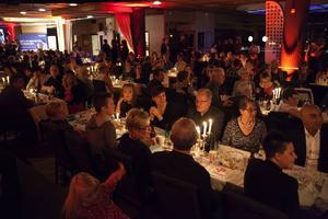 Publik och middagsgäster på Aveny.