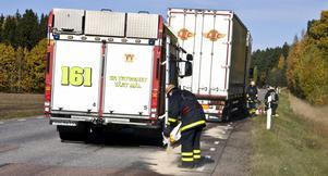 Räddningstjänsten sanerar olycksplatsen.