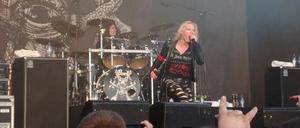 Arch Enemys sångerska Angela Gossow höll, enligt recensenten, tungan rätt i mun även i mellansnacket.