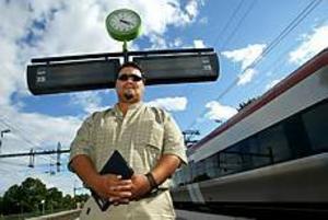 Foto: ANNAKARIN BJÖRNSTRÖM Besviken på SJ. Carlos Matta tycker att han borde ha blivit upplyst om 90-minutersregeln när han köpte sin biljett. Tåget var försenat från Uppsala, och när hans familj var framme på Arlanda hade planet gått.