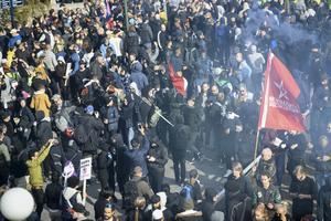 Motdemonstranter under Nordiska motståndsrörelsens (NMR) demonstration på lördagen.