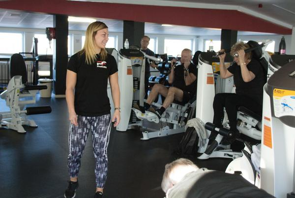 Parken Fitness har placerat maskinerna så att alla kan träna i grupp. Det gör att de som tränar känner sig mer som ett gäng och de som är ensamma känner sig inte uttittade. Här leder Evelina Persson en grupp motionärer från PRO.
