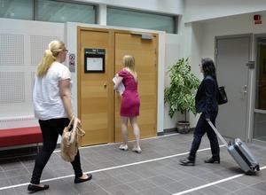 Polis, åklagare och advokat på väg in till rättegången i sexköp- och utpressningshärvan.