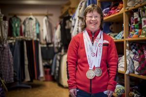 Två stora tunga medaljer hänger runt halsen på Emma Wiberg som jobbar på Eken i Sveg.