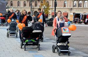 Många barnvagnsekipage slöt upp för den goda gärningen att samla in pengar till världens barn.