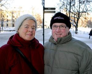 Hjördis, 68 år, och Per-Olov Nilsson, 68 år, centralt Örebro:Berätta om din mössa.– Den här måste jag ha på mig när jag går ut. Den har hängt med i 15-20 år. Jag minns att jag köpte den på Åhléns, berättar Hjördis.Är du, Per-Olov, lika nog i valet av mössa?– Nej, jag tog bara den som låg framme. Egentligen har jag aldrig mössa, bara om det är så här kallt. Helst har jag kebba.