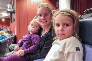 2-åriga Sigrid Pettersson från Odensala, 5-åriga Vilja Pettersson och deras 31-åriga mamma Sandra Pettersson skrattade åt clownen Ruben.