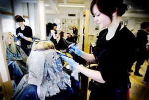 Lång process. Lina Åsberg har ägnat lång tid åt de olika färglagren i Melinda Ölunds hår. Det ska bli massa olika färgskiftningar innan det är klart.