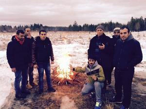 Flyktingarna valde att göra upp en eld för att hålla sig varma. De flesta kommer från Mellanöstern och var chockade över det jämtländska klimatet.