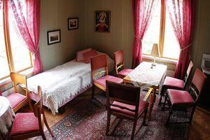 Det rosa rummet brukar förknippas med barnafödelse. Därinne kan barnskrik höras och om man ligger och sover i rummets enda säng kan man bli petad i håret eller bli nedtryckt av en stark kraft.