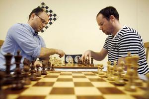 Jan Nyman och Emil Jonsson spelar i snitt 10-12 timmar schack i veckan.