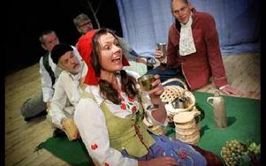 Karna i röd hätta. Hon är  fästmö till korpral Kalle och spelas av Maj Ardesjö.