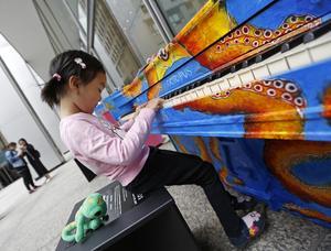 Pianon finns redan utplacerade i andra städer i världen, bland annat här i New York, USA, där Phoebe Pu, 4 år, provspelar.