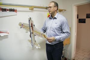 Fredrik Lenz visar ett ultralätt modellflygplan.