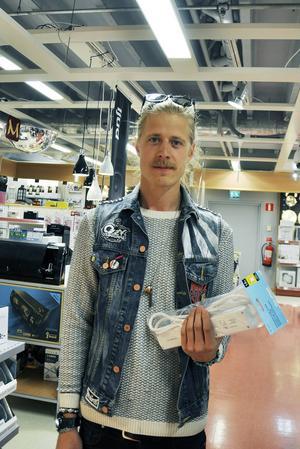 Jonas Isaksson var av många som under lördagen sökt sig till elektronikavdelningen på Clas Olsson i Mittpunkten.