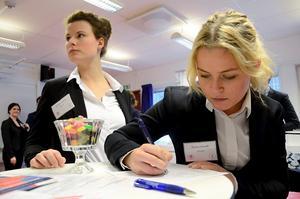 Knyta kontakter. Josefine Andren och Lovisa Ortvall passar på att knyta olika kontakter under rekryteringsmässan.