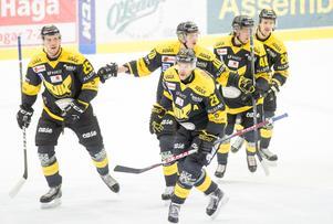 Spelarna firar efter att Kenny Källström tryckt in matchens första mål.
