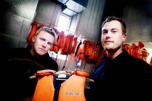 """Enligt brandmännen Marcus Evensson och Mikael Roos är det allt fler som kommer in på brandstationen för att hyra flytvästar. """"Men vi har många västar, så det finns möjlighet för ännu fler att hyra"""", säger Marcus Evensson.Foto: Lars-Eje Lyrefelt"""