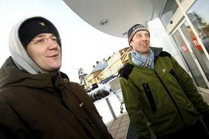 När juldagsmorgon glimmar ska vi till rean gå. 76 personer stod i kö till OnOff när dörren öppnades för årets reastart.En platt-tv! Jens Bengtsson och Georg Tunell stod nästan längst fram i kön och hoppades hitta den tv de ville ha.