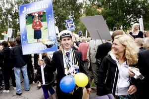 Blickar mot framtiden. Joakim Brolin på Borgarskolan uppvaktades av bland andra mamma Eva. Joakim har gått handelsprogrammet med idrottsinriktning och hunnit med champagne, fotografering, fika och träff med klassföreståndare på fredagsförmiddagen. Nu väntar sommarjobb.