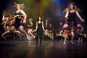 Slagverksgruppen spelade, Amelia Cedendal sjöng och Step up dansade i ett färgstarkt framförande av Ruslanas låt Wild dances.
