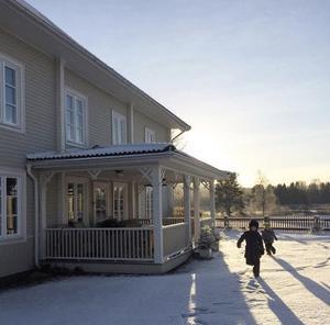 Vackra Högbackagården i vinterskrud.