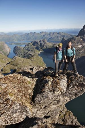 Bildtext 7: Vandring på berget Isvasstind på Austvågøy i Lofoten.   Foto: Kristin Folsland Olsen/Visit Norway