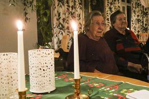 Lisbeth Karlsson och Ulla Karlsson hade bänkat sig i Hedegårdens matsal för att lyssna på julsångerna.