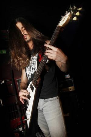 August Låsgårdh spelar på Gibsons klassiska gitarrmodell – Flying V.
