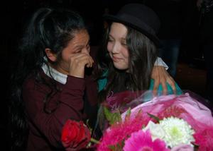 Mamma Pamela och dottern Ronia i glädjetårar efter Ronias vinst.