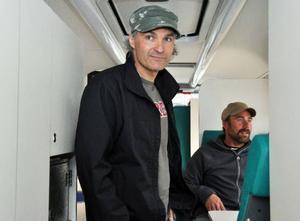 Kent Störzel visar bussens insida för Mats Isfjäll, som gillar idén men behöver mer tid att fundera.